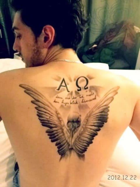 Тату альфа и омега с крыльями на спине