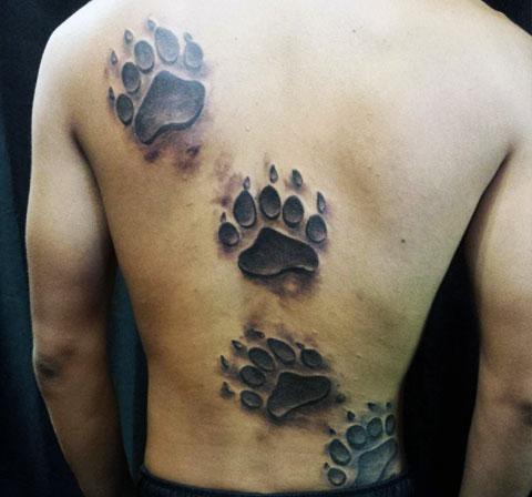 Тату лапы медведя на спине