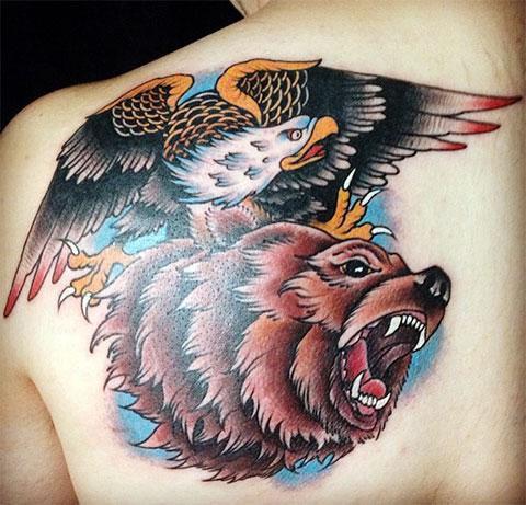 Татуировка на мужской спине с медведем и орлом