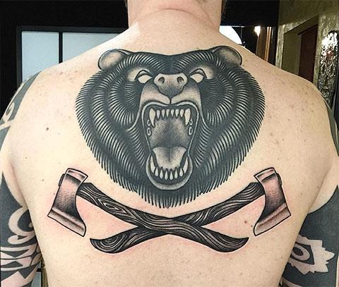 Тату на спине с медведем и топорами