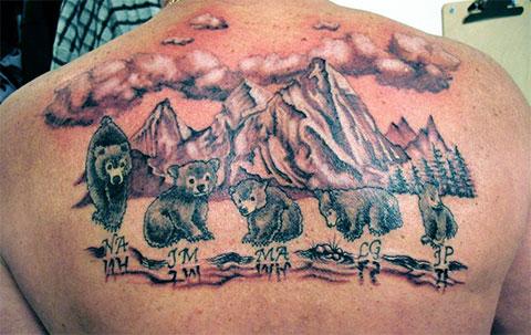 Сюжетная татуировка на спине с медведями - фото