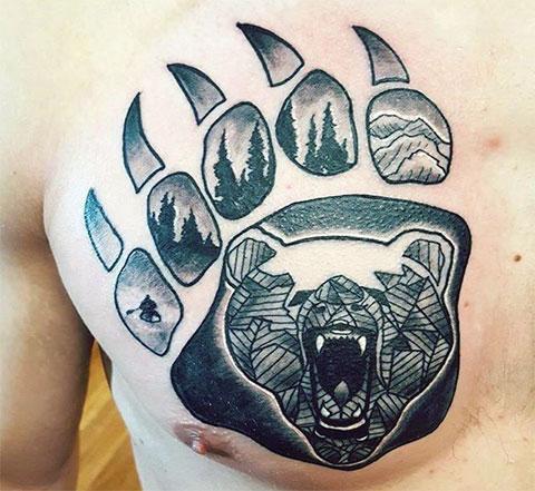 Тату лапа медведя на груди