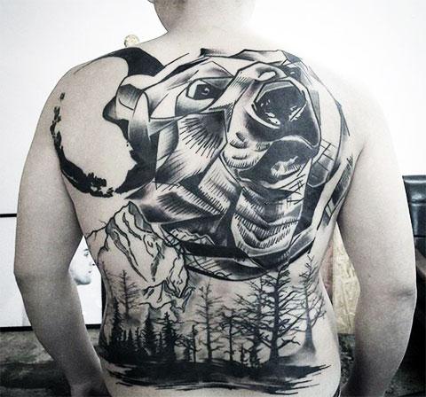 Тату медведь на спине - фото