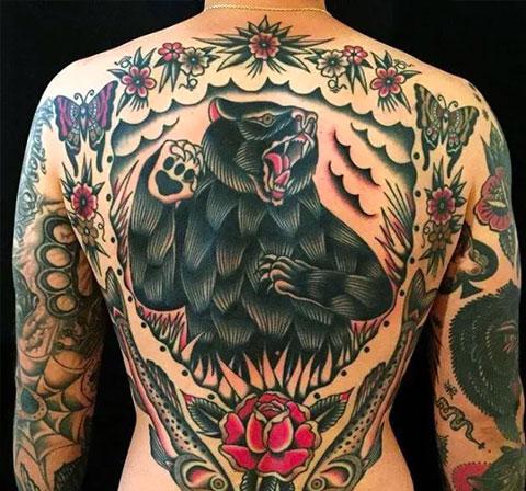 Татуировка в азиатском варианте с медведем на спине