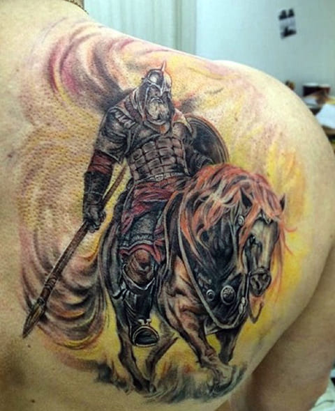 Тату богатырь на коне - мужской вариант на лопатке