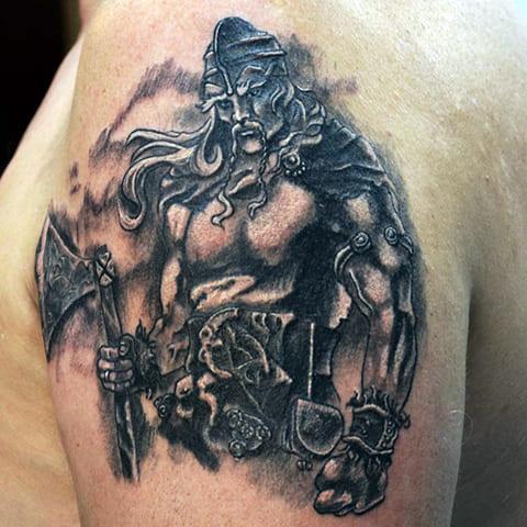 Богатырская татуировка на плече у мужчины