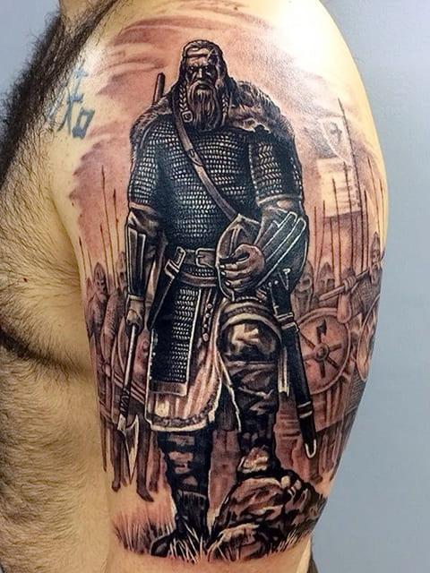 Тату богатырь у мужчины на плече