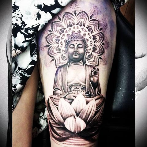 Тату с Буддой на бедре