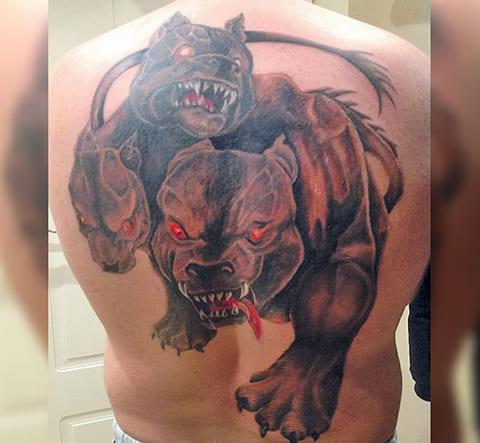 Татуировка цербера на спине