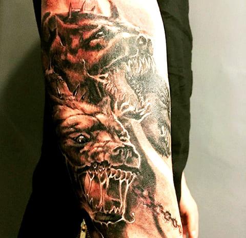 Татуировка цербер на руке