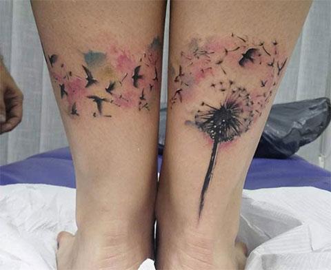Татуировка с одуванчиками и птицами на ногах