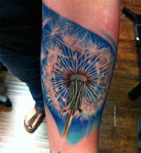Татуировка с большим одуванчиком на руке
