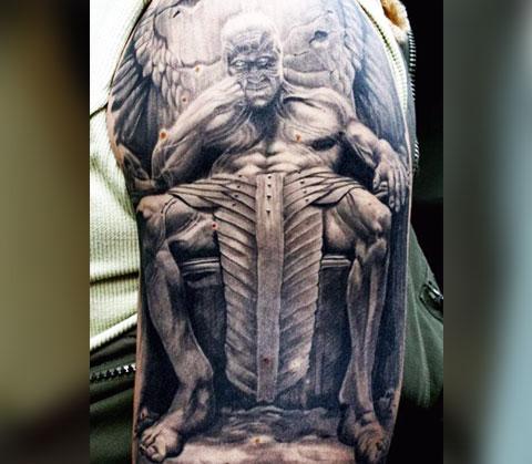 Татуировка дьявол с крыльями на плече