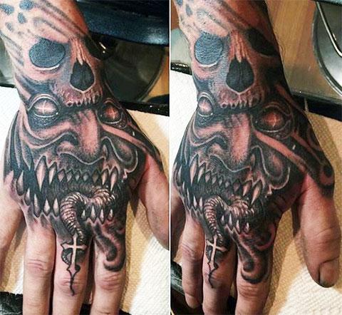 Тату дьявола на кисти и пальцах руки