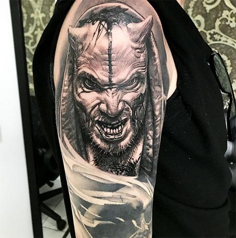 Тату дьявола на плече