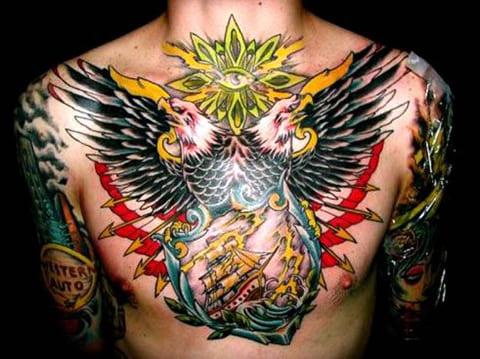 Татуировка двухглавого орла у мужчины на груди