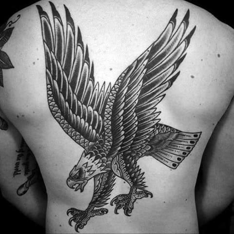 Большая татуировка с орлом на спине и пояснице