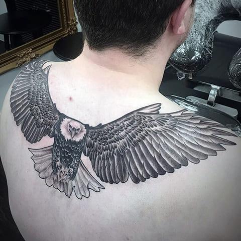 Татуировка на лопатках с орлом - фото
