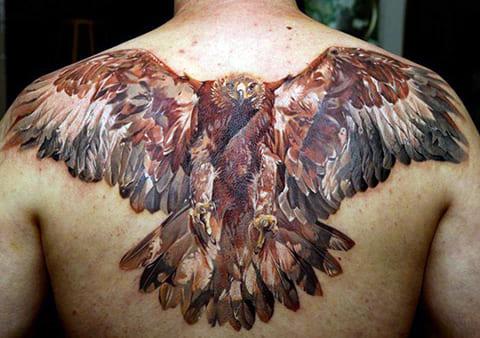 Тату в виде орла на спине у мужчины