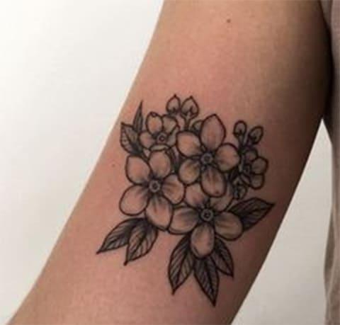 Татуировка с букетом из незабудок
