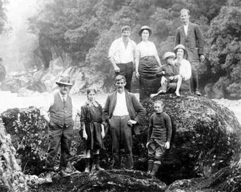 Очень молодой Стэнли Грэм (справа внизу) со своей семьей на пикнике в ущелье Хокитика