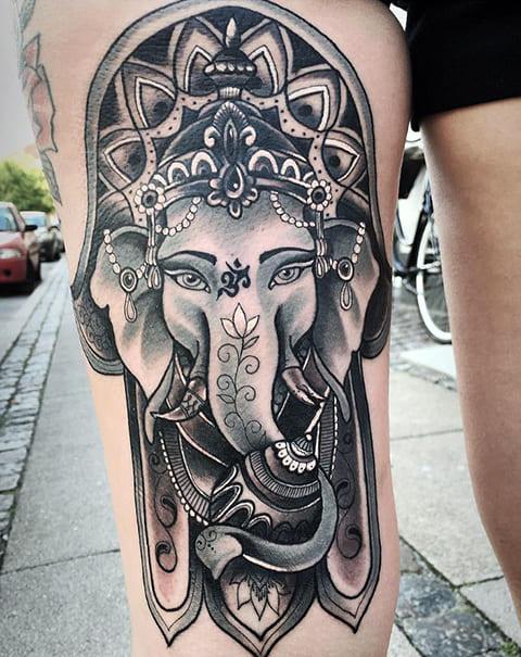 Татуировка хамса со слоном на ноге