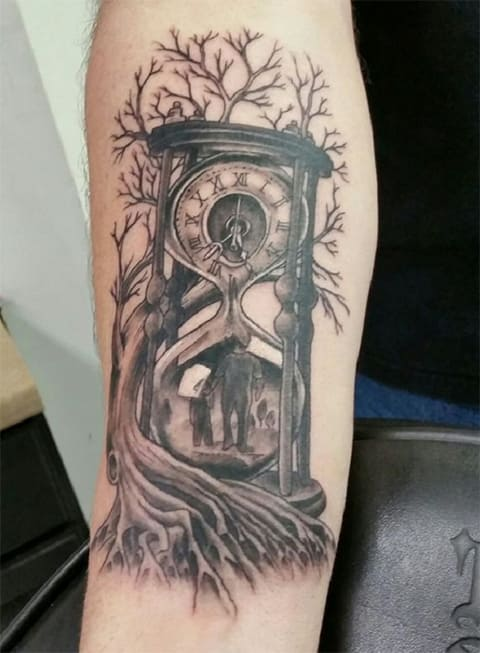 Тату песочные часы на мужской руке
