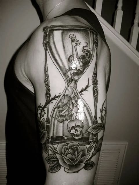 Татуировка с песочными часами и черепом
