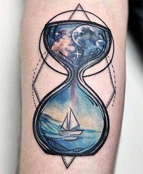 Тату с песочными часами на морскую тематику