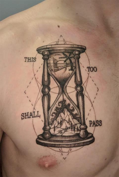 Татуировка песочных часов на груди - фото