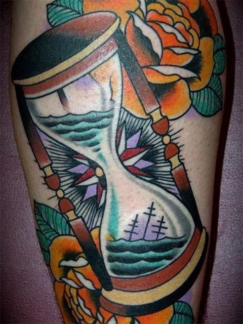 Татуировка песочные часы с цветами