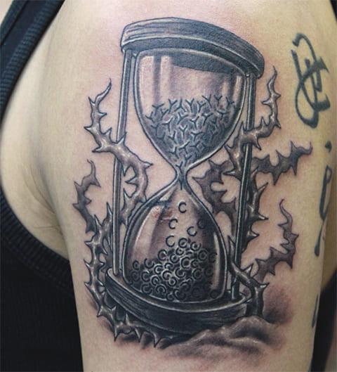 Татуировка у мужчины с песочными часами