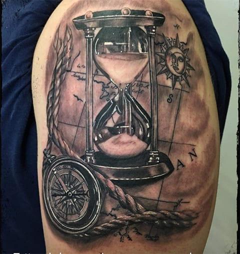 Тату песочные часы, компас и солнце с луной