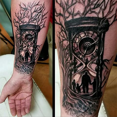 Татуировка с песочными цветами на предплечье