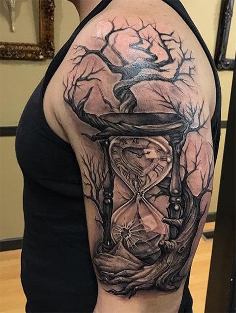 Тату песочные часы на руке у мужчины