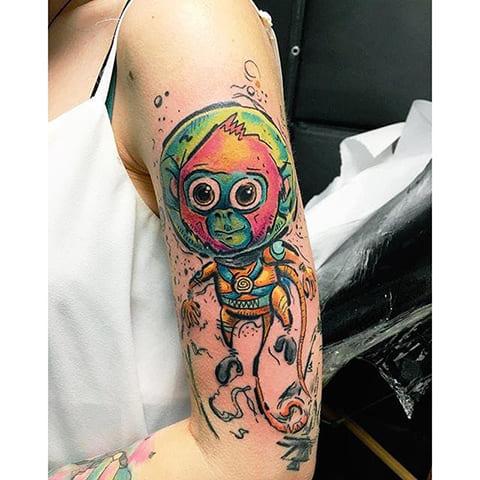 Цветная тату с обезьяной у девушки на руке