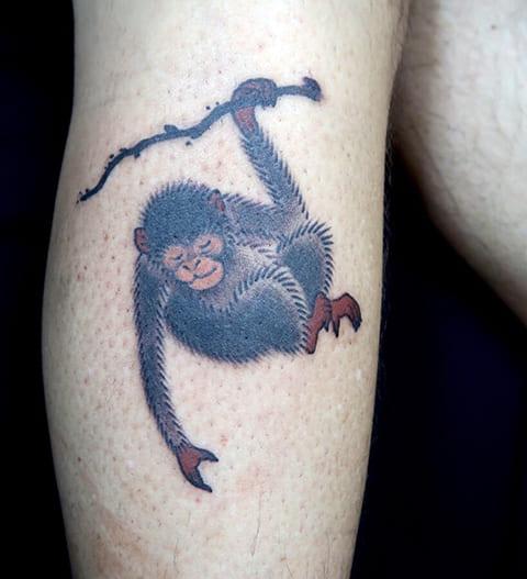 Татуировка с обезьяной на ветке