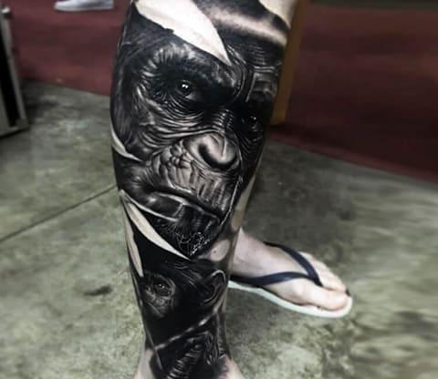 Тату с гориллой на ноге у мужчины - фото