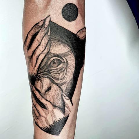 Татуировка обезьяны на предплечье