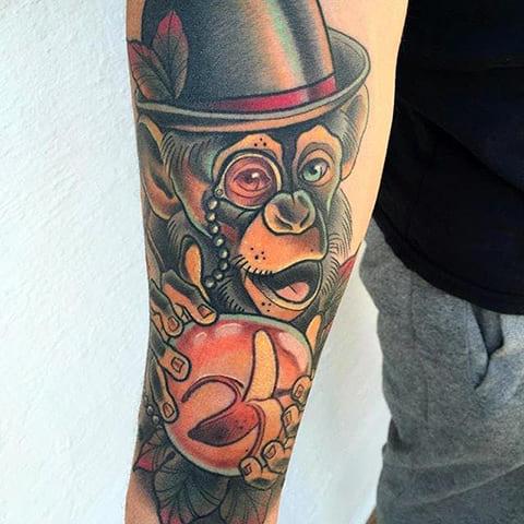 Татуировка шимпанзе в шляпе