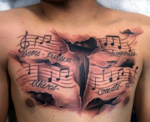 Татуировка с нотами на груди
