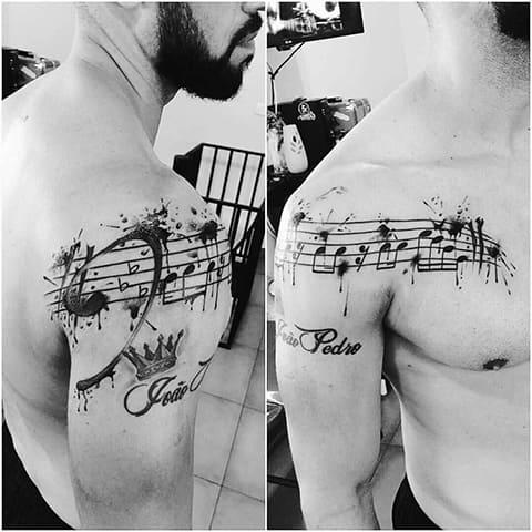 Тату ноты на плече и груди