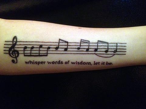 Татуировка нот на руке