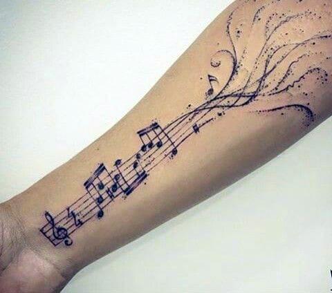 Татуировка с нотами на руке