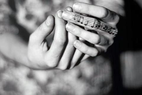 Тату с нотами на пальце