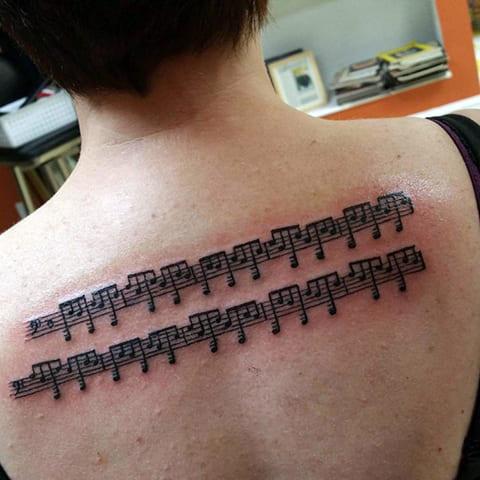 Тату ноты на спине
