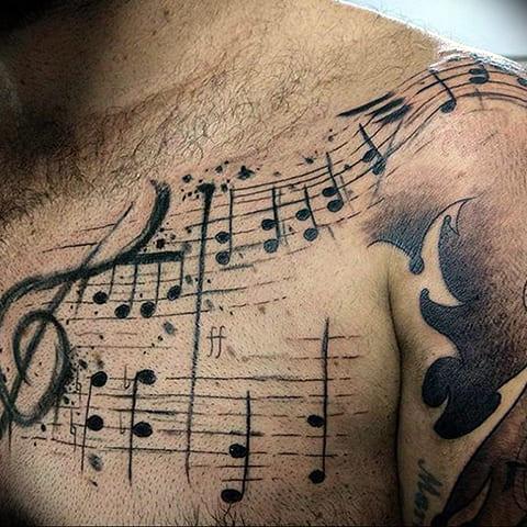 Тату ноты на груди