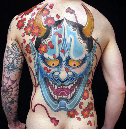 Татуировка ориентал на спине у мужчины