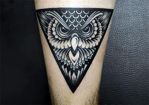 Тату сова в треугольнике на ноге - фото