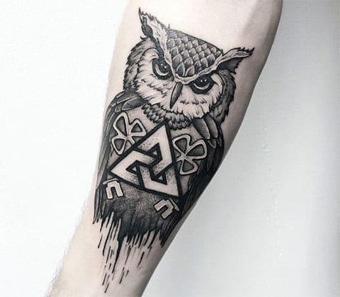 Тату сова с треугольниками на руке